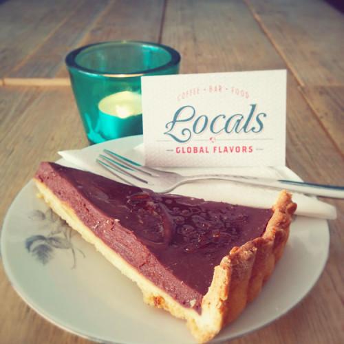 Chocoladetaart op een bordje bij Locals Tilburg