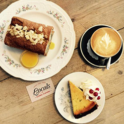 Twee lekkernijen en cappuccino van Locals Tilburg